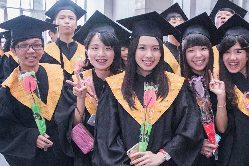 畢業生人手一支火鶴花有事事都很好的寓意